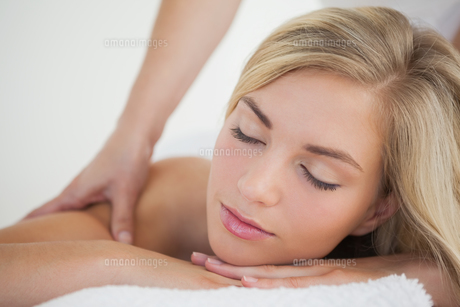 Pretty blonde enjoying a massageの写真素材 [FYI00002638]