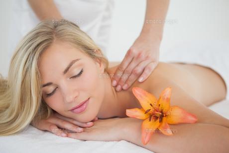 Pretty blonde enjoying a massageの写真素材 [FYI00002639]