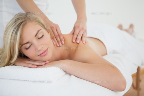 Pretty blonde enjoying a massageの写真素材 [FYI00002640]