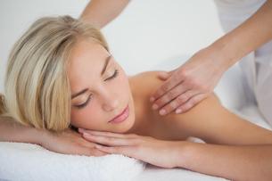 Pretty blonde enjoying a massageの写真素材 [FYI00002641]