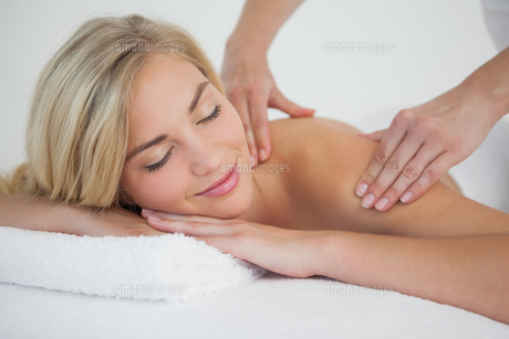 Pretty blonde enjoying a massageの写真素材 [FYI00002642]