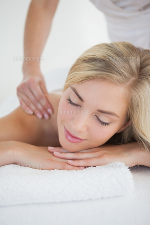 Pretty blonde enjoying a massageの写真素材 [FYI00002643]