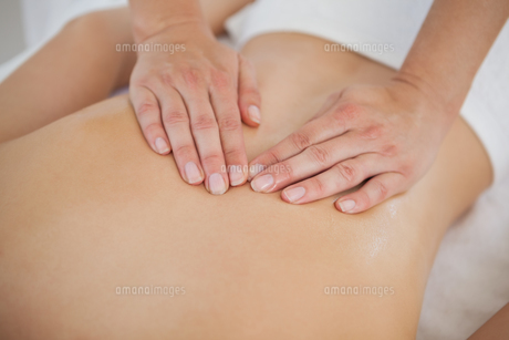 Woman enjoying a back massageの写真素材 [FYI00002644]