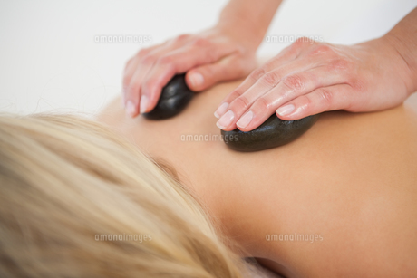 Beautiful blonde enjoying a hot stone massageの写真素材 [FYI00002645]