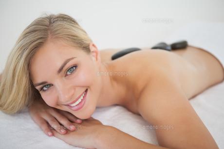 Beautiful blonde enjoying a hot stone massageの写真素材 [FYI00002646]