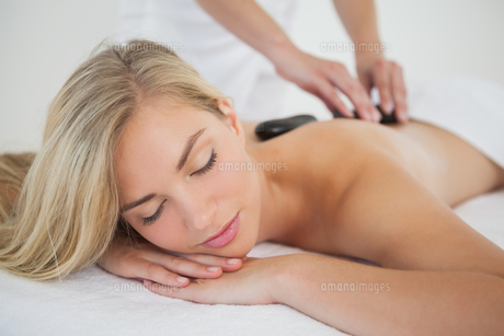 Beautiful blonde enjoying a hot stone massageの写真素材 [FYI00002647]