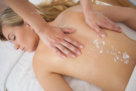 Beautiful blonde enjoying a salt scrub treatmentの素材 [FYI00002648]