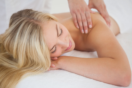 Pretty blonde enjoying a massageの写真素材 [FYI00002651]