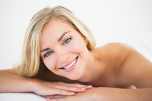 Beautiful blonde lying on massage tableの写真素材 [FYI00002654]