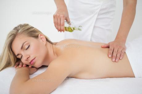 Beautiful blonde enjoying a back massageの写真素材 [FYI00002656]