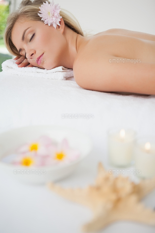 Beautiful blonde lying on massage tableの写真素材 [FYI00002657]