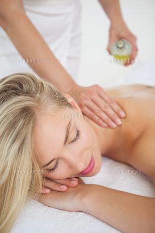 Beautiful blonde enjoying a back massageの写真素材 [FYI00002658]