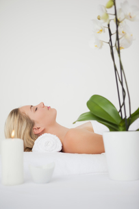 Beautiful blonde lying on massage tableの写真素材 [FYI00002660]