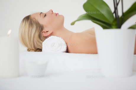 Beautiful blonde lying on massage tableの写真素材 [FYI00002662]