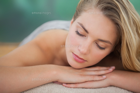 Peaceful blonde lying on towelの写真素材 [FYI00002677]