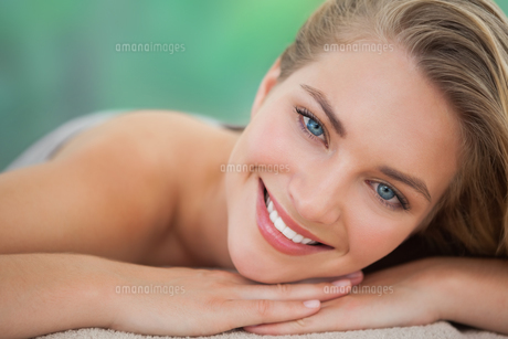 Peaceful blonde lying on towel smiling at cameraの写真素材 [FYI00002681]