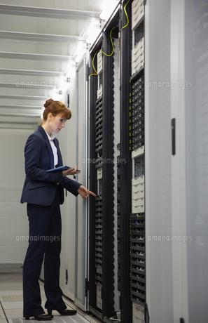 Technician working on servers using tablet pcの写真素材 [FYI00002690]