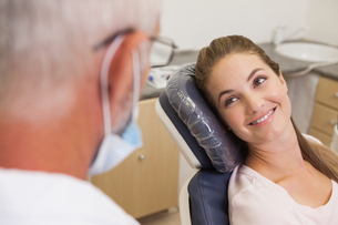 Dentist and patient smiling at each otherの写真素材 [FYI00002732]
