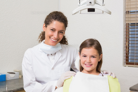 Little girl smiling at camera with her pediatric dentistの素材 [FYI00002745]
