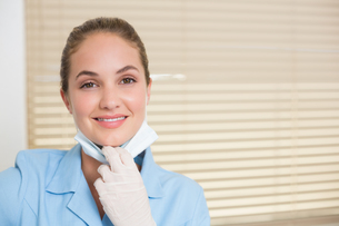 Dental assistant smiling at cameraの写真素材 [FYI00002779]