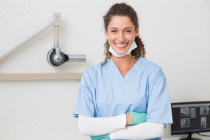Dentist in blue scrubs smiling at cameraの写真素材 [FYI00002783]