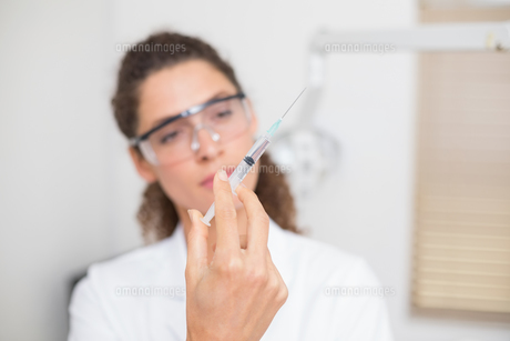 Dental assistant preparing an injectionの素材 [FYI00002784]