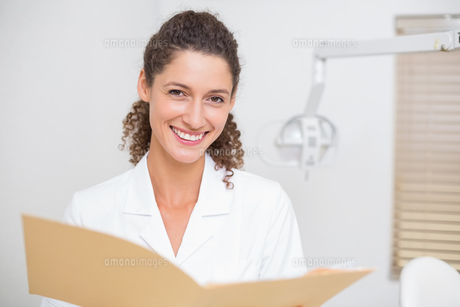 Dental assistant reading from fileの写真素材 [FYI00002792]