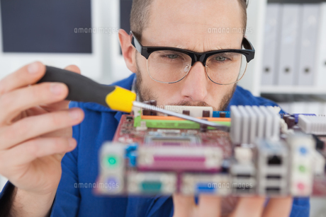 Computer engineer working on cpu with screwdriverの写真素材 [FYI00002793]