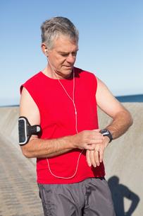 Active senior man jogging on the pierの素材 [FYI00002799]