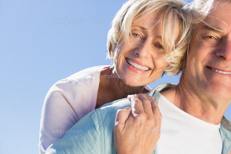 Happy senior man giving his partner a piggy backの写真素材 [FYI00002801]