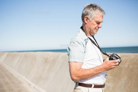 Happy senior man looking at his cameraの写真素材 [FYI00002802]