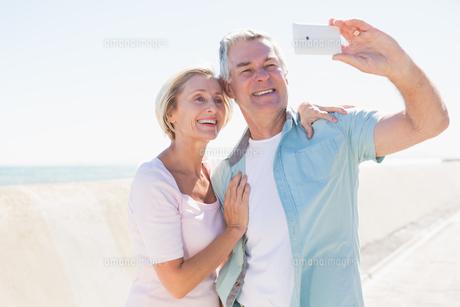 Happy senior couple posing for a selfieの写真素材 [FYI00002803]