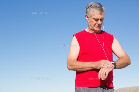 Active senior man jogging on the pierの素材 [FYI00002806]