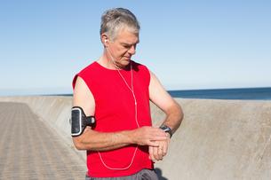 Active senior man jogging on the pierの素材 [FYI00002807]