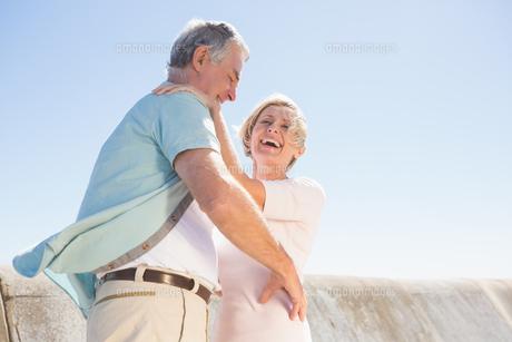 Senior woman hugging her partnerの写真素材 [FYI00002808]