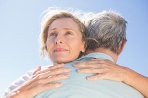 Senior woman hugging her partnerの写真素材 [FYI00002813]