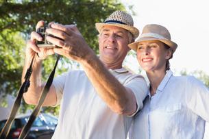 Happy senior couple posing for a selfieの写真素材 [FYI00002827]