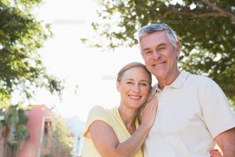 Happy senior couple embracing in the cityの写真素材 [FYI00002830]