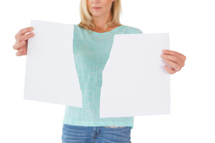 Serious woman holding torn sheet of paperの写真素材 [FYI00002831]