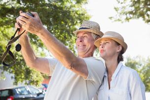 Happy senior couple posing for a selfieの写真素材 [FYI00002832]