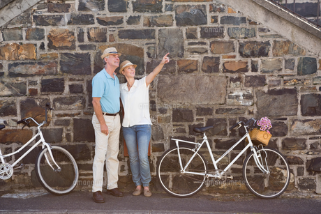 Happy senior couple going for a bike ride in the cityの写真素材 [FYI00002833]