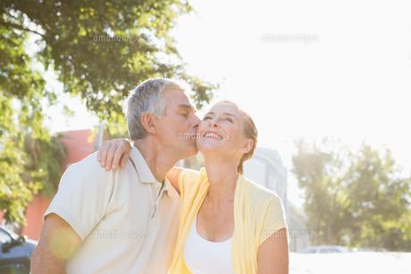 Happy senior couple embracing in the cityの写真素材 [FYI00002834]