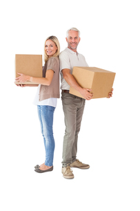 Happy couple holding moving boxesの写真素材 [FYI00002837]