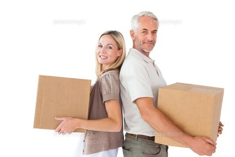 Happy couple holding moving boxesの写真素材 [FYI00002838]