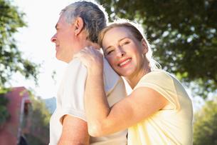 Happy senior couple embracing in the cityの写真素材 [FYI00002841]