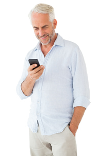 Smiling man sending a text messageの写真素材 [FYI00002843]