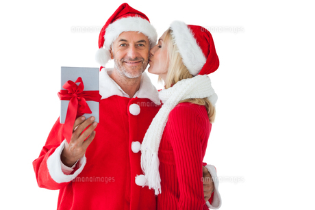 Festive couple embracing and holding giftの写真素材 [FYI00002844]