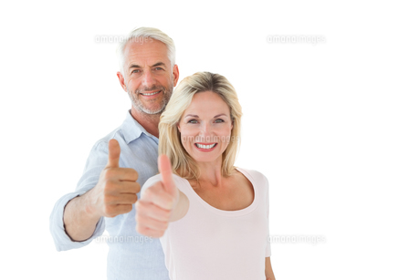 Smiling couple showing thumbs up togetherの素材 [FYI00002851]