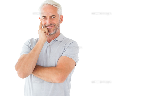 Smiling man posing with arms crossedの写真素材 [FYI00002852]