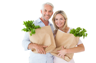 Happy couple carrying paper grocery bagsの写真素材 [FYI00002857]